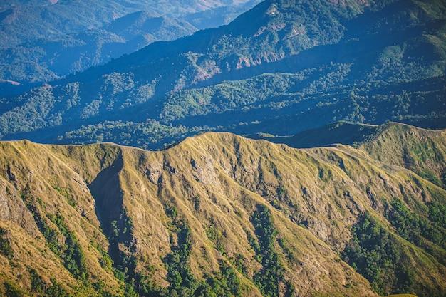 Auf dem gipfel des mount mulayit gibt es einen neuen beliebten anziehungspunkt, an dem viele reisende zum wandern und zelten gekommen sind