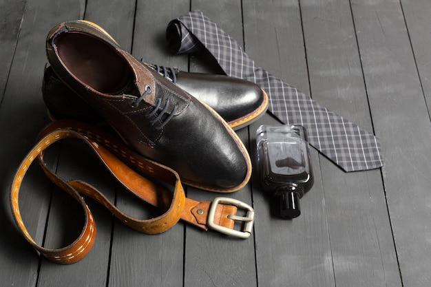 Auf dem holzboden lagen schuhe und accessoires für männer