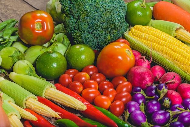 Auf dem holztisch stehen leckeres und gesundes varis-gemüse mit frischen lebensmitteln