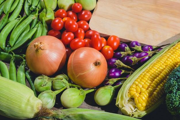 Auf dem holztisch steht ein hintergrund mit frischem essen, leckerem und gesundem varis-gemüse