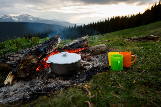 Auf dem lagerfeuer im topf auf der natur kochen