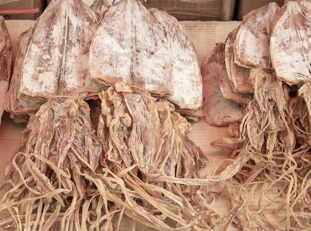 Auf dem markt werden viele getrocknete tintenfische verkauft. meeresfrüchte-bild.