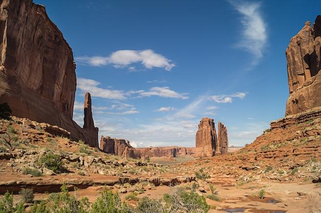 Auf dem park avenue trail im arches national park gegen blauen himmel.