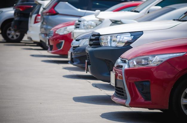 Auf dem parkplatz geparkte autos
