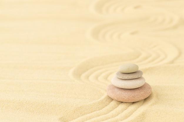 Auf dem sand übereinander gestapelte seekiesel