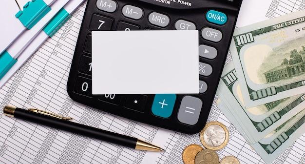 Auf dem schreibtisch liegen berichte, ein taschenrechner, bargeld und eine leere karte mit einem platz zum einfügen des textes