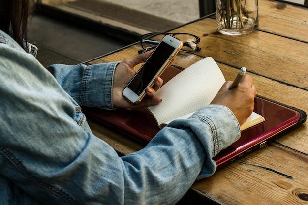 Auf dem smartphone suchen und die informationen aufschreiben