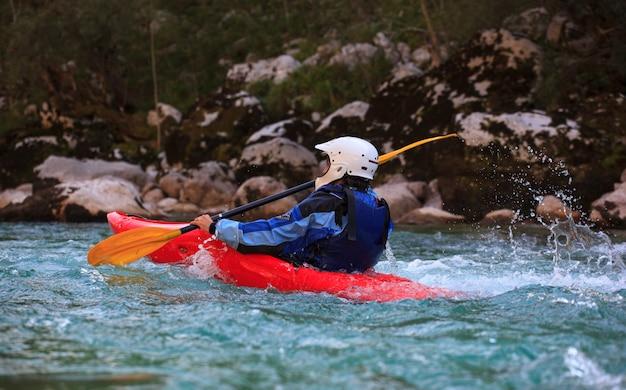 Auf dem soca-fluss kayak fahren, slowenien