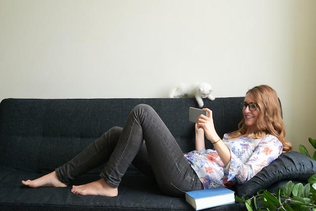 Auf dem sofa entspannen