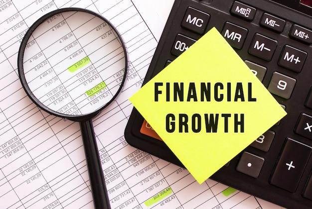 Auf dem taschenrechner befindet sich ein farbiger aufkleber mit dem text finanzwachstum.