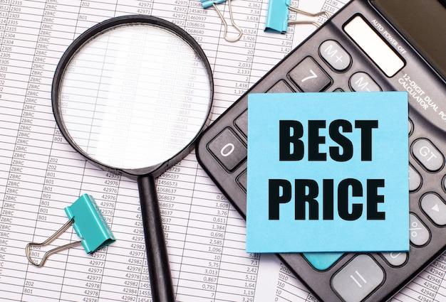 Auf dem tisch liegen berichte, eine lupe, ein taschenrechner und ein blauer notizaufkleber mit den worten best price
