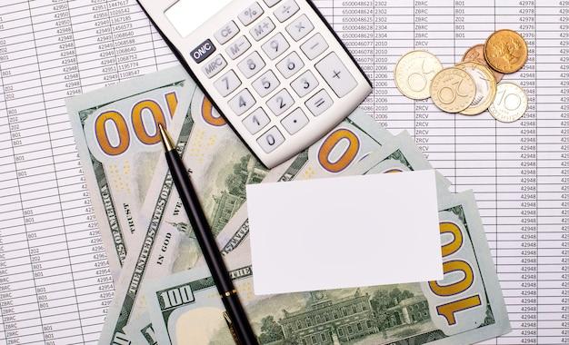 Auf dem tisch liegen ein weißer taschenrechner, bargeld, berichte, ein stift und eine karte mit einem platz zum einfügen von text