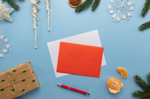 Auf dem tisch liegt ein brief mit weihnachtswünschen