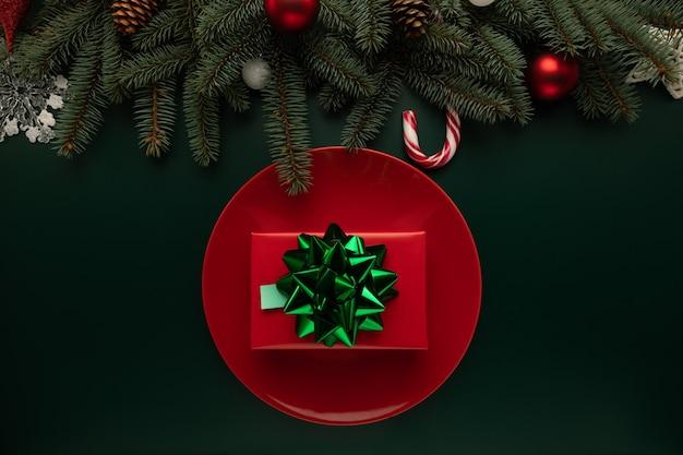 Auf dem tisch liegt ein teller mit einem weihnachtsgeschenk