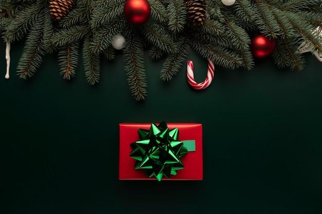 Auf dem tisch liegt eine schachtel mit einem weihnachtsgeschenk.