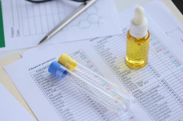 Auf dem tisch sind reagenzgläser und öl in der flasche, konzept der chemischen zusammensetzung der materie
