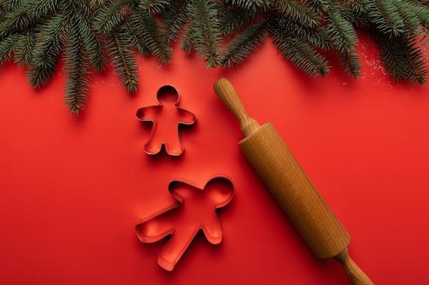 Auf dem tisch stehen dosen und ein hölzernes nudelholz für die herstellung von weihnachtsplätzchen