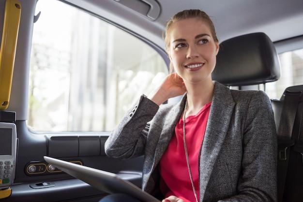 Auf dem weg zu einem stressigen treffen mit neuen kunden