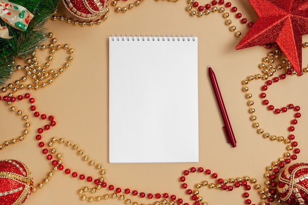 Auf dem weihnachtstisch liegt ein notizbuch mit stift