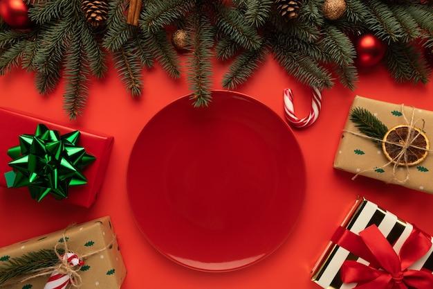 Auf dem weihnachtstisch steht ein leerer teller