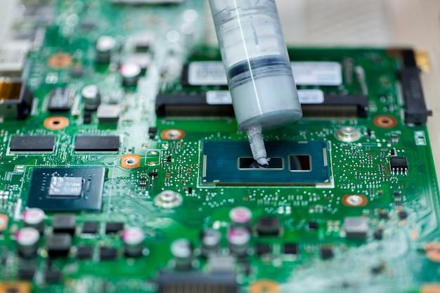 Auf den laptop-prozessor wird wärmeleitpaste aufgetragen