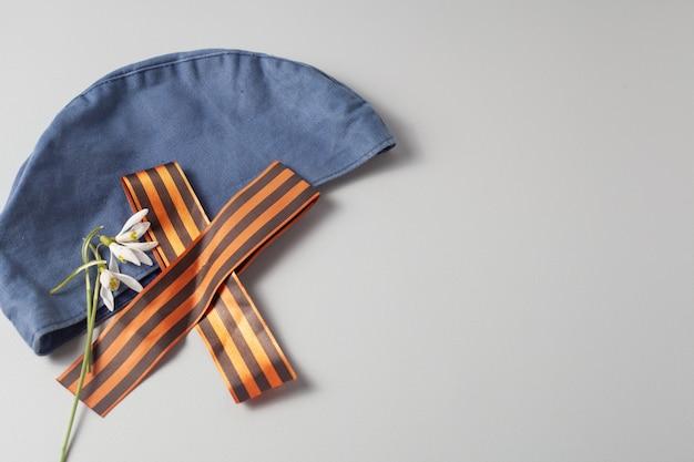 Auf der blauen mütze befindet sich ein gefaltetes st. george band. speichersymbol.