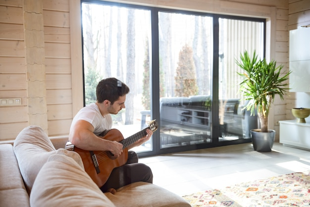 Auf der couch sitzen und gitarre spielen