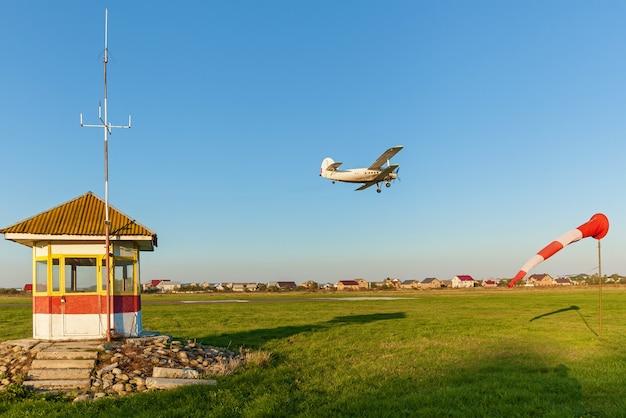 Auf der landebahn hebt ein privatflugzeug ab. der startstreifen des flugzeugs.