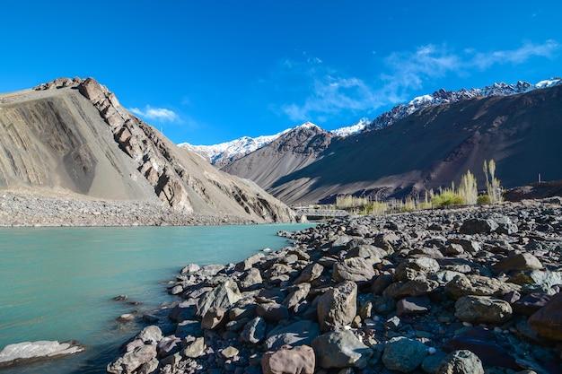 Auf der straße in leh ladakh landschaft