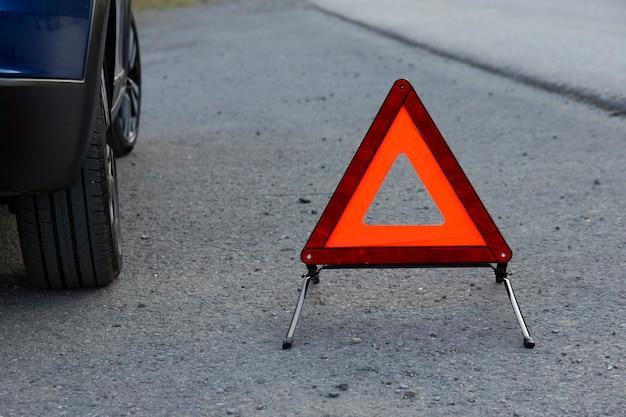 Auf der straße ist ein not-halt-schild für ein fahrzeug angebracht. platz kopieren.