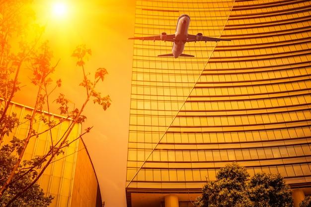 Auf der suche nach dem modernen business bürogebäude exterieur und himmel