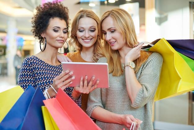 Auf der suche nach einem neuen geschäft im einkaufszentrum