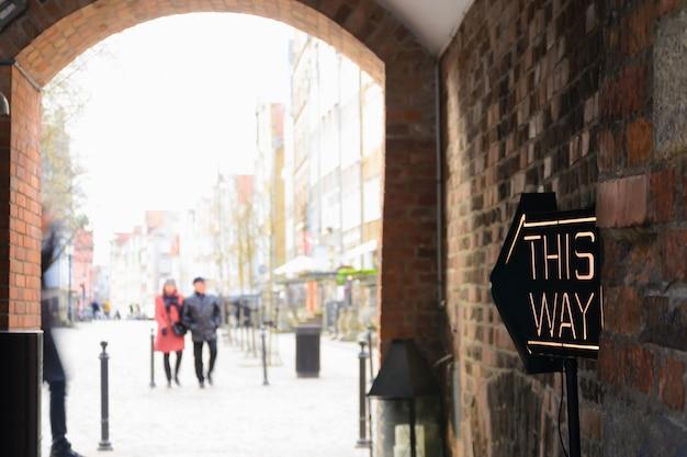 Auf diese weise unterzeichnen pfeile café in der straße des alten europa