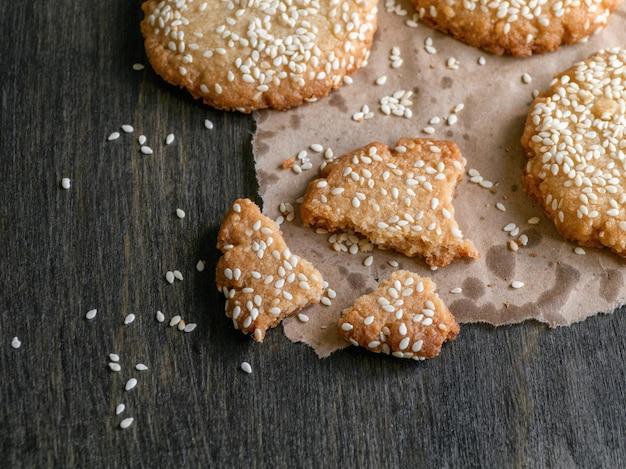 Auf einem dunklen tisch liegen hausgemachte vegane tahini-kekse