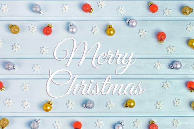 Auf einem hellblauen hintergrund die aufschrift frohe weihnachten.