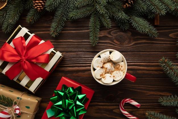 Auf einem holztisch steht eine tasse heiße schokolade mit marshmallows