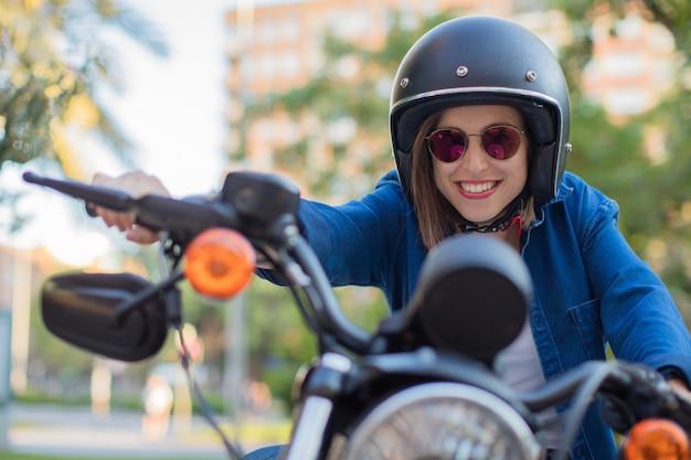 Auf einem motorrad lächelnd