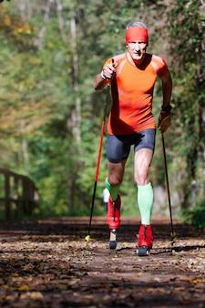 Auf einem radweg mit rollschuh. athlet bereitet sich auf das skifahren mit langlauf vor