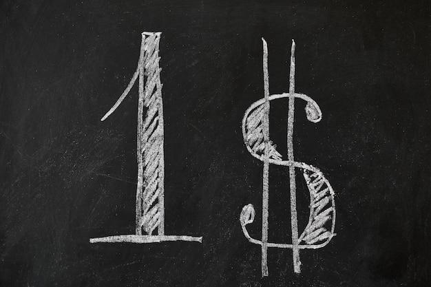 Auf einem schwarzen, schlecht abgenutzten brett stehen in großen buchstaben die nummer eins und das dollarzeichen
