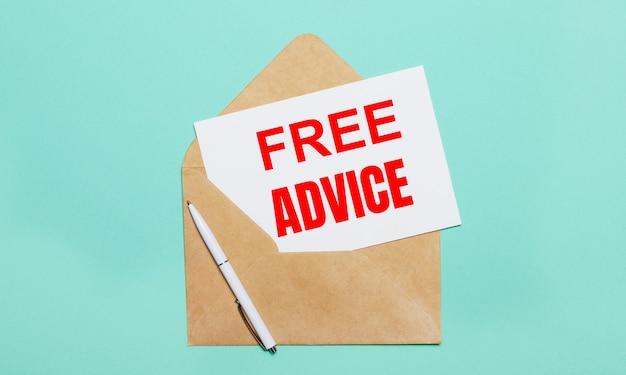Auf einer hellblauen oberfläche liegen ein offener bastelumschlag, ein weißer stift und ein weißes blatt papier mit dem text free advice