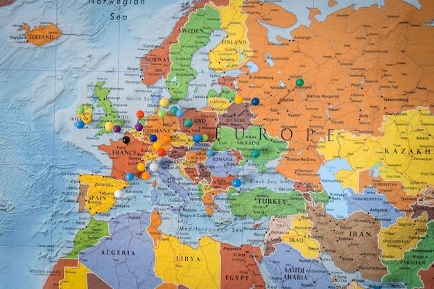Auf einer karte angeheftete ziele. nahaufnahme der stifte auf der karte, die reisereise plant.