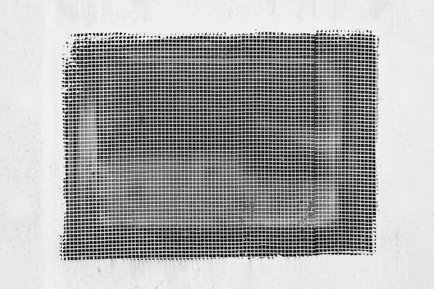 Auf einer steinmauer ist ein metall gratis. schwarz-weißes bild. foto in hoher qualität