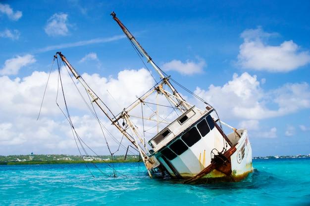 Auf grund boot in einem karibischen meer