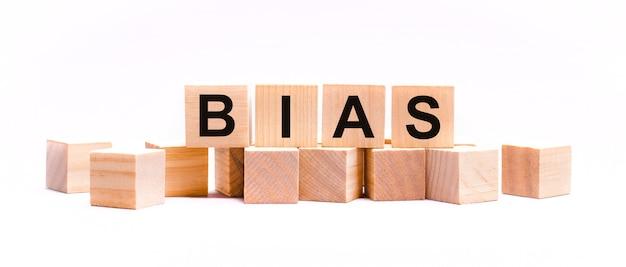 Auf hellem hintergrund holzwürfel mit dem text bias