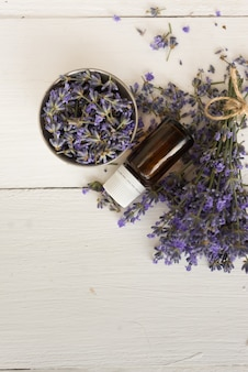 Auf holz für spa-behandlungen gesetzt lavendel bouquet für das badezimmer aromaöl zur massage. flach liegen