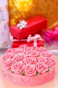 Auf kuchen und geschenkboxen im hintergrund dotiert