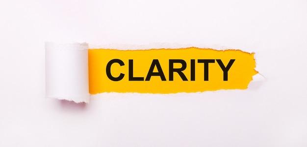 Auf leuchtend gelbem grund weißes papier mit einem zerrissenen streifen und der aufschrift clarity.