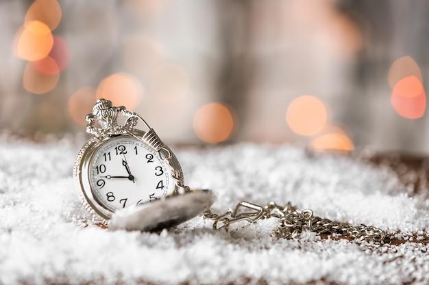Auf schnee beobachten. weihnachts-countdown-konzept