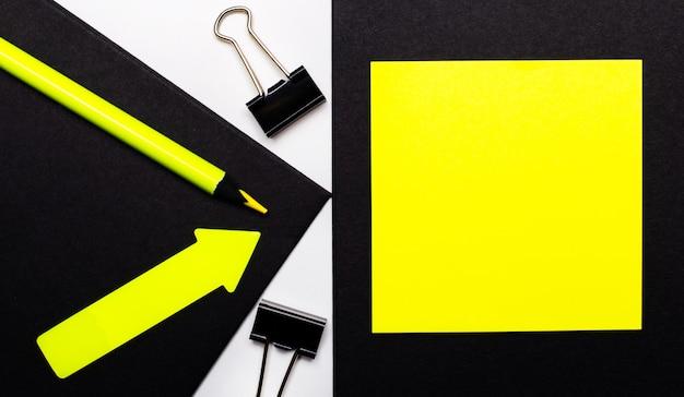 Auf schwarzem hintergrund ein hellgelber bleistift und ein pfeil und ein gelbes blatt papier mit einer stelle zum einfügen von text.