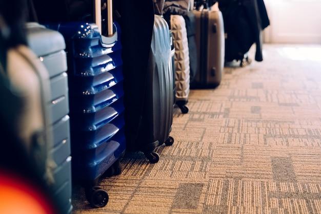 Auf teppich isolierte reisekoffer, die reisetourismusbranche steckt in der krise.